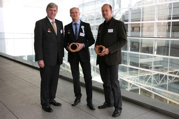 Prof. Peer Haller (Mitte) in Begleitung seines Mitarbeiters Dipl.-Ing. Jörg Wehsener (rechts) und des Dekans der Fakultät Bauingenieurwesen, Prof. Rainer Schach, auf der Terrasse des Tokyo International Forum
