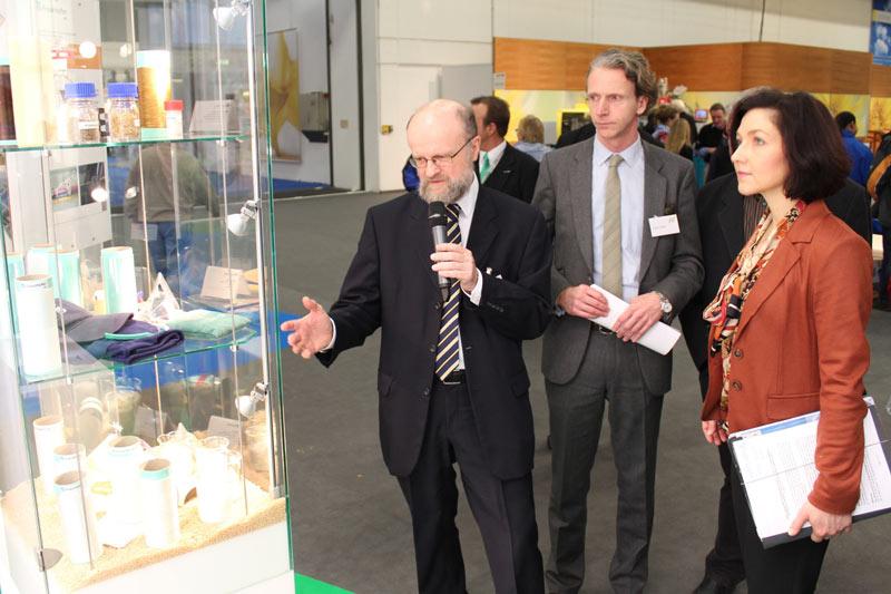 Prof. Dr. Dieter Hofmann vom Fraunhofer IAP im Gespräch Katherina Reiche, Parlamentarische Staatssekretärin beim Bundesminister für Verkehr und digitale Infrastruktur (Bildquelle: nature.tec)