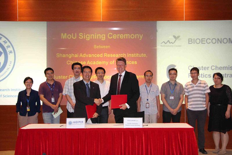 Prof. Wehrspohn und SARI-Vizepräsident Prof. Sun Yuhan bei der Unterzeichnung