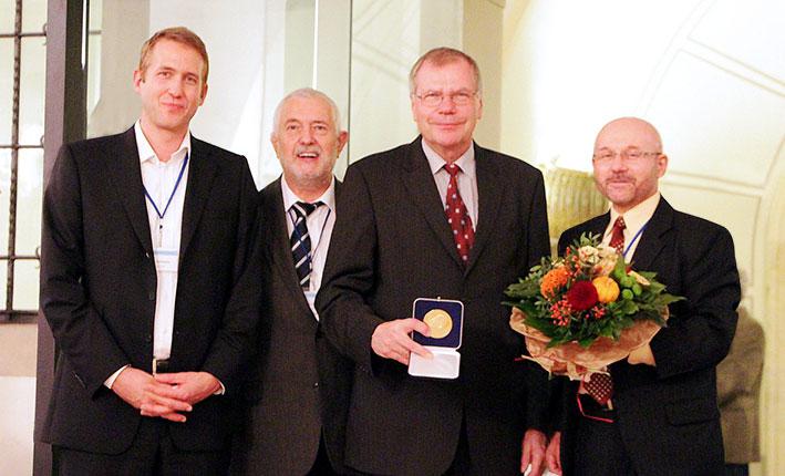 Jens Böttcher (Sasol Wax), Prof. Dr. Rainer Marutzky (iVTH), Laureat Dr. Hans Schroeder, Prof. Dr.-Ing. Bohumil Kasal (Leiter des Fraunhofer WKI) bei der Verleihung der Wilhelm-Klauditz-Medaille. © Fraunhofer WKI