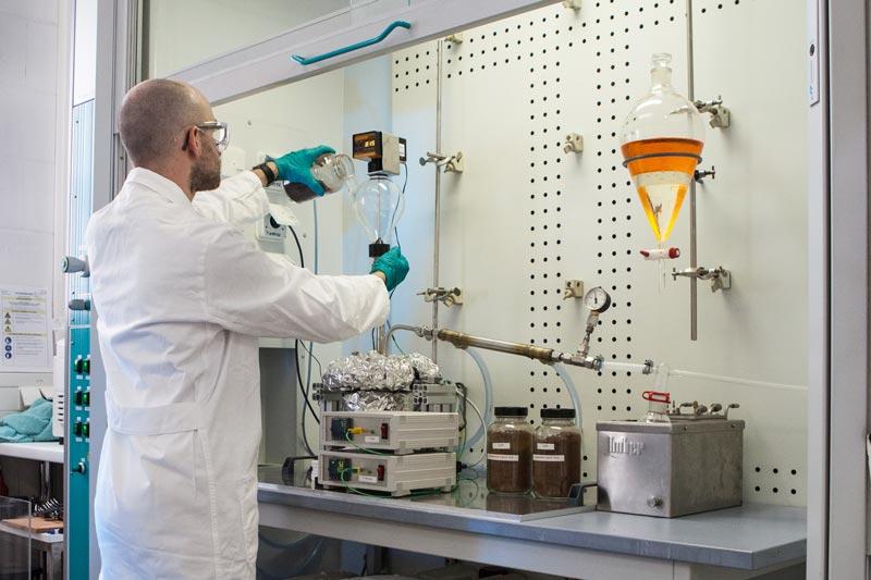 ICT-Forscher Jochen Forstner bei Laborversuchen
