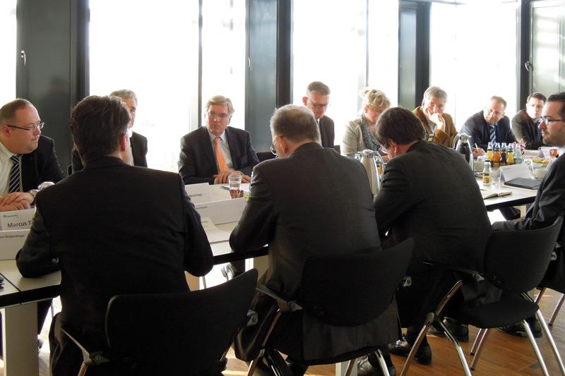 Sachsen-AnhaltsWirtschaftsminster Hartmut Möllring diskutierte im Fraunhofer CBP mit regionalen Vertretern aus Wirtschaft udn Wissenschaft zur neuen Mittelstandsoffensive des Landes.