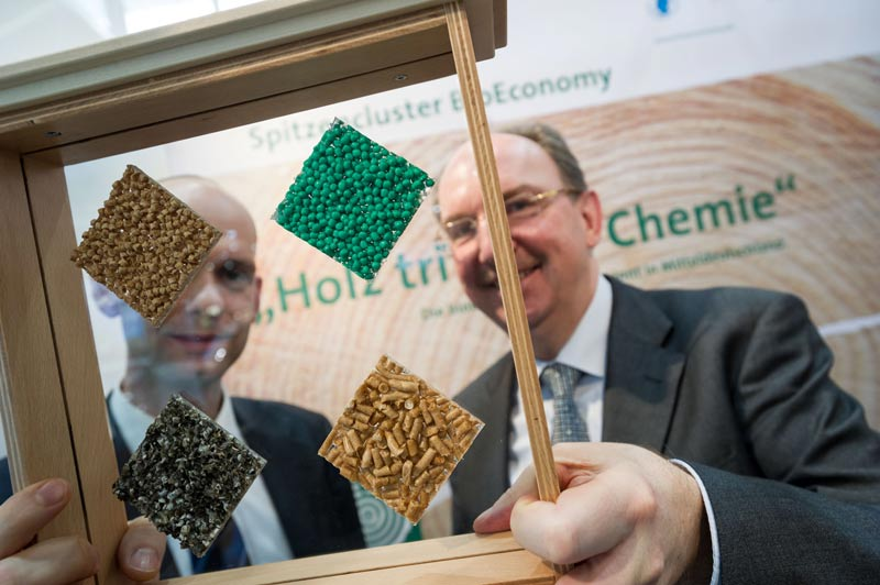 Fachgespräche zur stofflichen Nutzung von Biomasse am Messestand des BioEconomy Clusters (Foto: Messe Leipzig / Jens Schlüter)