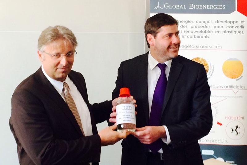 Global Bioenergies CEO Marc Delcourt überreicht Reiner Mangold, Leiter Nachhaltige Produktentwicklung der AUDI AG, die erste Falsche mit biobasiertem Isooktan für Testzwecke