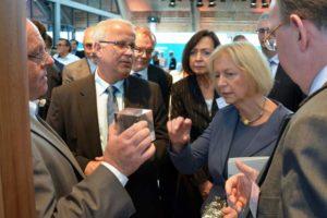 Bundesministerin Prof. Dr. Johanna Wanka im Gespräch mit Prof. Dr. Matthias Zscheile, Horst Mosler und Dr. Rainer Busch vom Spitzencluster BioEconomy