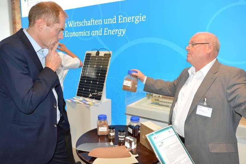 Dr. Rainer Busch vom Clustermanagement des BioEconomy Clusters im Gespräch mit Besuchern der Begleitausstellung