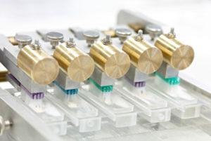 Cellulosepartikel aus Buchenholz sollen in verschiedene Pflegeprodukte eingearbeitet und anschließend im auf ihre abrasive bzw. reinigende Wirkung bewertet werden. © Fraunhofer IWM