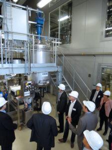 Dr. Moritz Leschinsky vom Fraunhofer CBP führte durch die Pilotanlage der Lignocellulose-Bioraffinerie