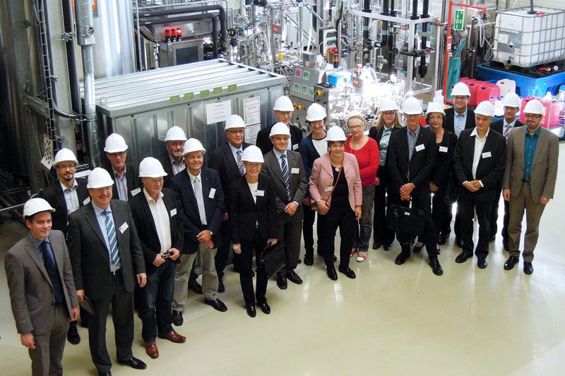 Vertreter der Finnish Forest Industries Federation und des Spitzenclusters BioEconomy trafen sich zum Austausch in Leuna (hier bei der Besichtigung der Pilotanlagen des Fraunhofer CBP)