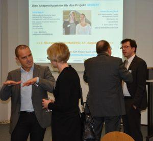 @ BioEconomy e.V.: Hr. Römlein, bubbles & beyond GmbH im Gespräch vorn, Hintergrund Horst Mosler (BioEconomy) und Dr. Engler (FH Rosenheim)